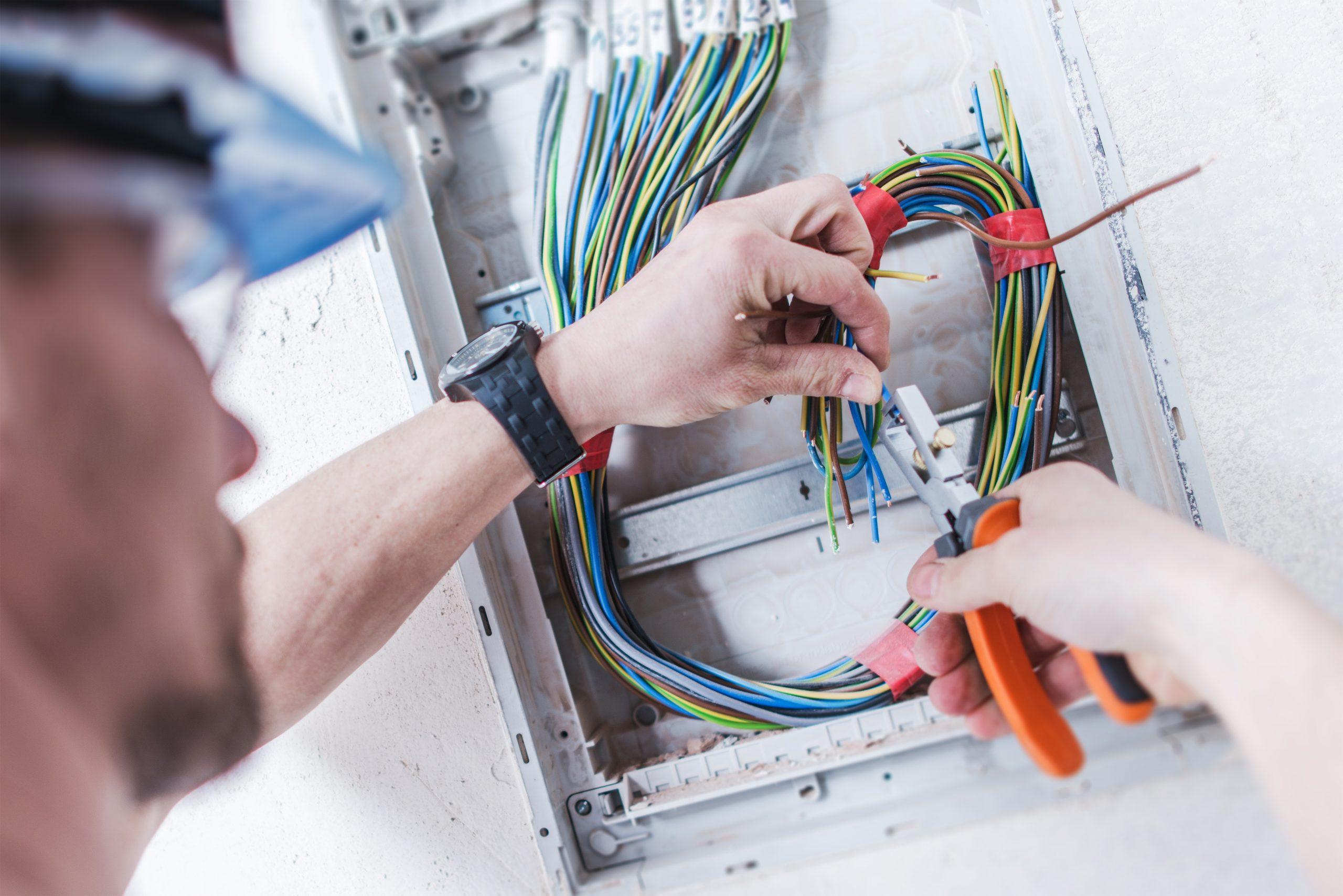 realizzazione impianti  elettrici civili industriali